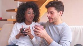 Mieszany biegowy pary pić kawowy w domu i opowiadać zdjęcie wideo