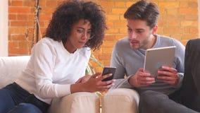 Mieszany biegowy pary udzielenia telefon komórkowy w domu zdjęcie wideo