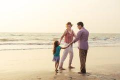 Mieszany biegowy rodzinny mieć odpoczynek na plaży obraz royalty free