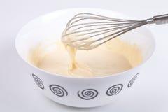 Mieszany ciasto naleśnikowe w śmignięciu i pucharze Fotografia Stock