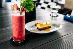 Mieszany jagodowy smoothie słuzyć z świeżymi jagodami tak jak truskawka, czernica i miarka arbuz, zdjęcia stock