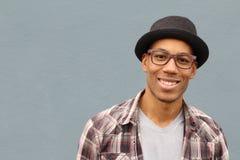 Mieszany pochodzenie etniczne mężczyzna jest ubranym kapelusz i szkło portret zdjęcia stock