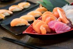 Mieszany pokrojony rybi sashimi na lodzie w białym pucharze Sashimi tuńczyka Hamachi Łososiowy set, surowa ryba, japoński jedzeni zdjęcia stock