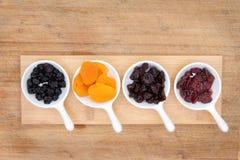 Mieszany wysuszony - owoc i jagody w ceramicznych ramekins Obrazy Stock