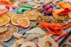 Mieszany wysuszony - owoc i warzywo układy scaleni, candied bania plasterki, dokrętki i ziarna na błękitnej drewnianej desce, zdjęcia royalty free