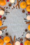 Mieszkań bożych narodzeń nieatutowa rama pomarańcze, pikantność i świeczki, obraz royalty free