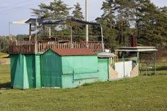 Mieszkający doghouse biedni półdupki Zdjęcie Stock