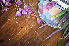 Mieszkania eyeshadow lawendy i palety nieatutowi kwiaty przeciw drewnianemu tłu Obraz Stock