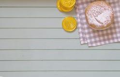 Mieszkania hannukah Nieatutowi symbole - pączek i monety na błękitnym rocznika tle Obraz Royalty Free