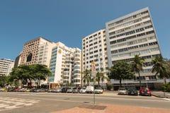 Mieszkania i hotelu budynki w przodzie Copacabana wyrzucać na brzeg w Rio De Janeiro Zdjęcie Stock