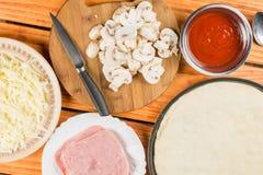 Mieszkania narządzania nieatutowa pizza z pieczarka ketchupu baleronu serem na drewnianym stole obrazy stock