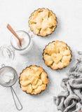 Mieszkania shortcrust nieatutowego crispy ciasta jabłczani tartlets w wypiekowym naczyniu na lekkim tle, odgórny widok Walentynki Obraz Stock