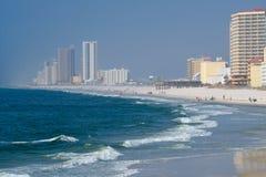 Mieszkania własnościowe i hotele na zatoce meksykańskiej przy pomarańcze plażą, Alabama zdjęcia stock