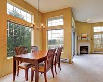 Mieszkania wnętrze z żółtymi ścianami otwarte plan piętra Zdjęcia Stock