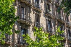 Mieszkania z dokonanego żelaza balkonami w Eixample, Barcelona, S Obraz Stock