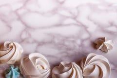 Mieszkanie bezy nieatutowy różowy minimalny deser na marmurowym tle z Zdjęcia Royalty Free