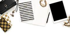 Mieszkanie fotografii elegancki biurowy biały biurko z portflem, kobiety ` s złota nieatutowa, biżuterii i klawiatury notatnika k obraz stock