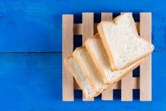 Mieszkanie grzanki nieatutowy chleb na błękitnych drewnianych deskach wsiada zdjęcia royalty free
