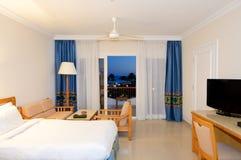 Mieszkanie i noc plażowy widok w luksusowym hotelu Zdjęcia Royalty Free