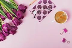 Mieszkanie kłaść na różowym tle z tulipanami i kawą Zdjęcie Stock