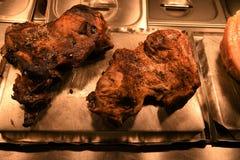 Mieszkanie kłaść z całą pieczoną nogą baranka i baraniny złącza mięsny przygotowywający rzeźbić Obraz Stock