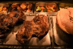 Mieszkanie kłaść z całą pieczoną nogą baranka i baraniny złącza mięso z warzywami Obraz Stock