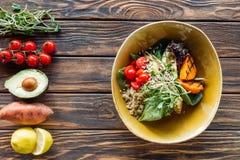 mieszkanie kłaść z jarską sałatką z piec na grillu warzywami, flancami, czereśniowymi pomidorami wokoło w pucharze i układającymi obrazy royalty free