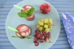 Mieszkanie kłaść z lata smoothie napojem i świeżą owoc fotografia royalty free