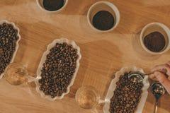 mieszkanie kłaść z pucharami kawowymi zgrzytnięcie i kawowymi fasolami dla karmowej funkci obraz royalty free