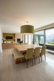 Mieszkanie meblujący, łomotający stół zdjęcie royalty free