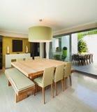 Mieszkanie meblujący, łomotający stół zdjęcie stock