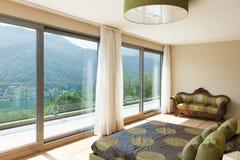 Mieszkanie meblujący, sypialnia obrazy stock