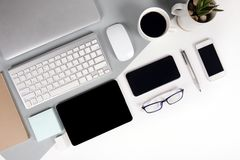 Mieszkanie nieatutowa fotografia biuro stół z klawiaturą, notatnik, cyfrowa pastylka, telefon komórkowy, ołówek, eyeglasses na no Obrazy Stock