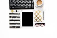 Mieszkanie nieatutowa fotografia biurowy biały biurko z pastylki, klawiatury i złota notatnika kopią, interliniuje tło zdjęcie stock