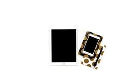 Mieszkanie nieatutowa fotografia minimalistic biały biurowy biurko z telefonem, pastylka i elegancka złocista notatnik kopia, int zdjęcia royalty free