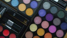 Mieszkanie nieatutowa fotografia różnorodny makeup muśnięcie, eyeshadow i kosmetyki, obraz stock