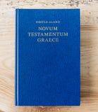 Mieszkanie nieatutowa otwarta biblia, Grecki nowy testament Na drewnianym tle Baselland, Szwajcaria 12 05 2019 zdjęcie royalty free