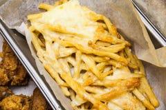 Mieszkanie nieatutowy above słuzyć fast food Francuzów dłoniaki w papierowym pudełku Smażyć grule z rozciekłym serem na wierzchoł obraz royalty free