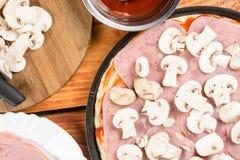 Mieszkanie nieatutowy above stół z pizza składnikami, pieczarka baleronu ketchup Fotografia Royalty Free