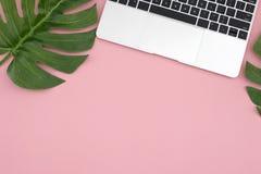 Mieszkanie nieatutowy biurowy biurko z laptopem i Philodrendon liśćmi obraz stock