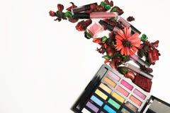 Mieszkanie nieatutowy ciekły pomadka zestaw i makeup paleta nad bielem Zdjęcie Royalty Free