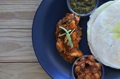 Mieszkanie nieatutowy Indiański jedzenie, kurczaka curry słuzyć z Masala Dosa Zdjęcie Stock