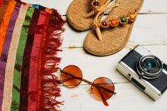 Mieszkanie nieatutowy lato mody kamera, okulary przeciwsłoneczni i inni dziewczyn akcesoria na białym drewnianym tle, Obraz Royalty Free