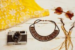 Mieszkanie nieatutowy lato mody kamera, okulary przeciwsłoneczni i inni dziewczyn akcesoria na białym drewnianym tle, Fotografia Royalty Free