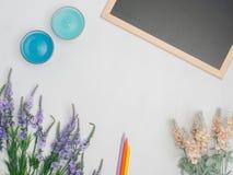 Mieszkanie nieatutowy, odgórnego widoku biura stołu biurka rama kobiecy biurka worksp Obraz Royalty Free