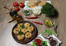 Mieszkanie nieatutowy, odgórny widok na składnikach dla kulinarnego makaronu na tle stół zdjęcia royalty free