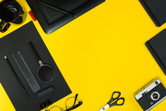 Mieszkanie nieatutowy pokaz biznesowego biura gadżety z notepad, rocznik kamera, pióro, rozwija, szkła i etc Odgórny widok czerń Fotografia Stock