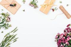 Mieszkanie nieatutowy ramowy skład z jaskrawą wiosną kwitnie Zdjęcia Stock