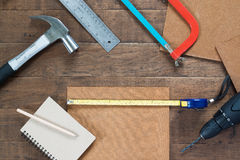 Mieszkanie nieatutowy set cieśli equipments na drewnie Fotografia Stock