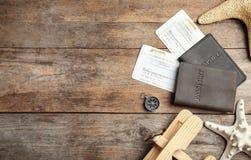 Mieszkanie nieatutowy skład z turystycznymi rzeczami i przestrzenią dla teksta na drewnianym tle zdjęcia royalty free